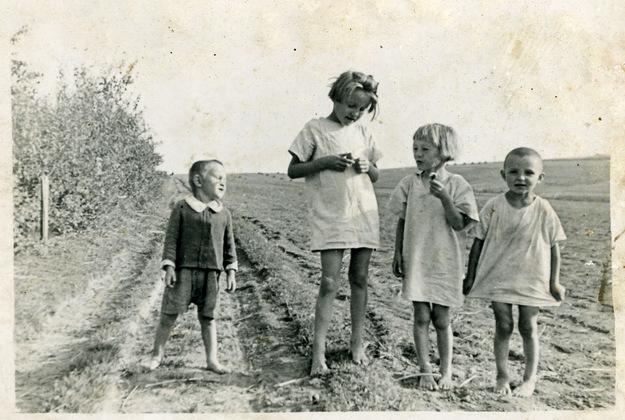 Od lewej. Franuś Stasia Basia i Władzio Ulmowie. Zdjęcie wykonane przez ich ojca